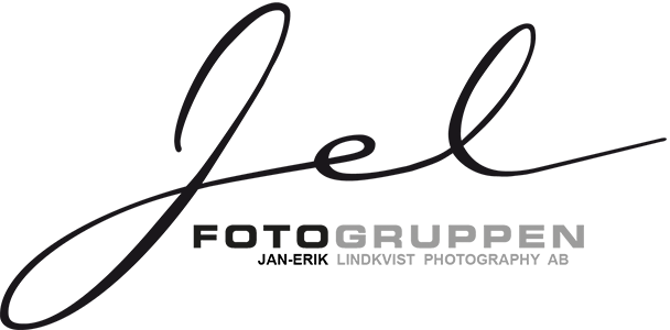 Fotogruppen Fotograf Skövde Bröllopsfotograf Skövde Reklamfoto Porträtt Matfotograf JEL Jan-Erik Lindkvist Photography Photobyjel logo